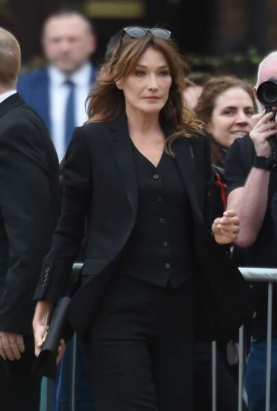 Carla Bruni-Sarkozy ultra chic en costume 3-pièces au défilé Burberry 2019