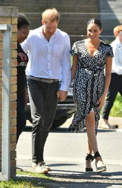 Meghan Markle et le prince Harry radieux, arrivent main dans la main à Cape Town pour leur première visite