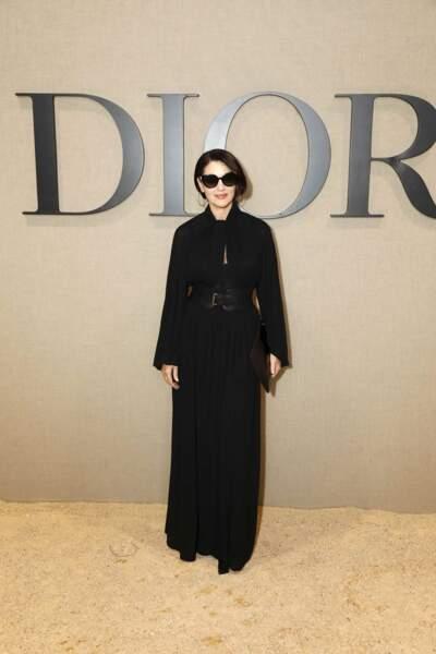 Du noir pour Monica Bellucci : un look impérial pour le défilé Dior.