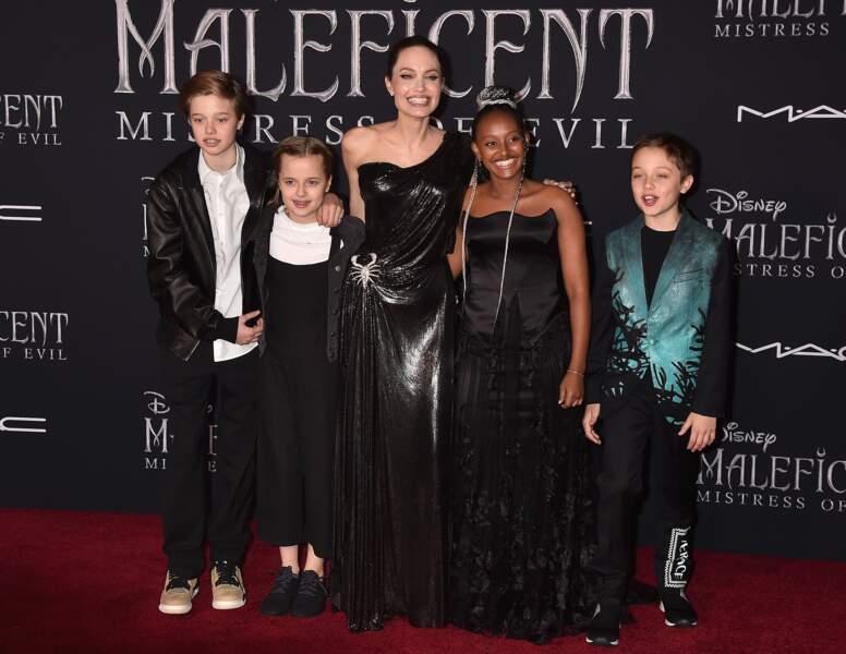Shiloh, Vivienne, Zahara et Knox entourent leur maman