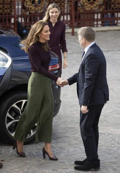 Kate Middleton radieuse les cheveux lachés et un look très étudié
