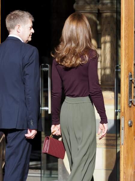 Kate Middleton fait sensation avec ce look très sophistiqué, mixant jupe culotte fluide Jigsaw, sac Chanel et escarpins Tods