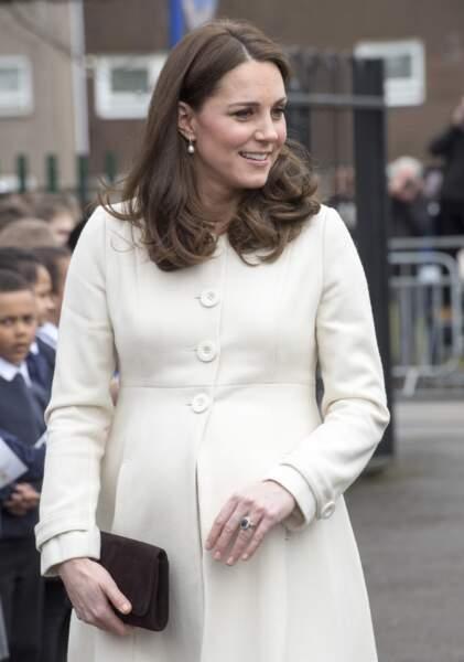 Photographiée à plusieurs reprises portant des sandales ouvertes, la duchesse de Cambridge dévoile ses pieds sublimés.