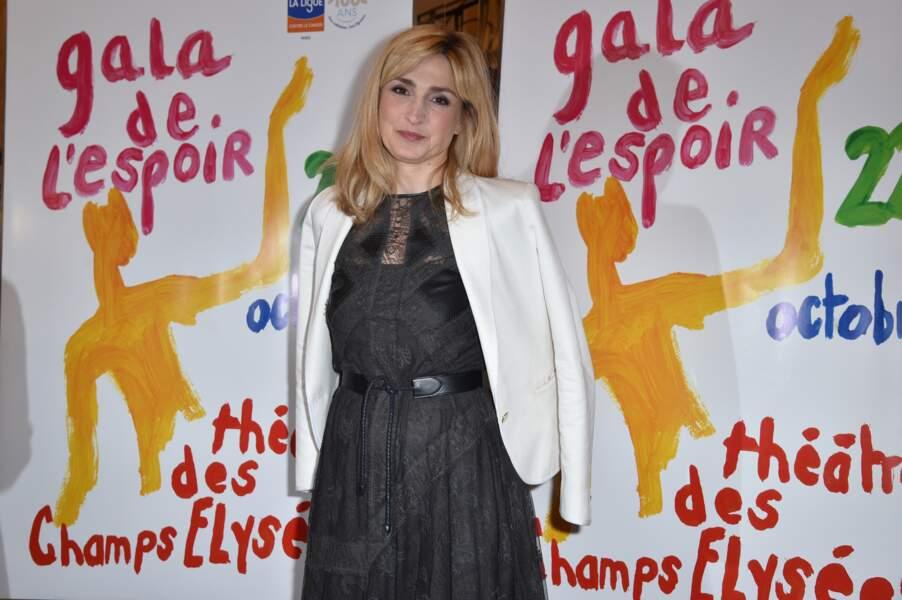 Une robe noire que Julie Gayet a accessoirisée avec une veste blanche