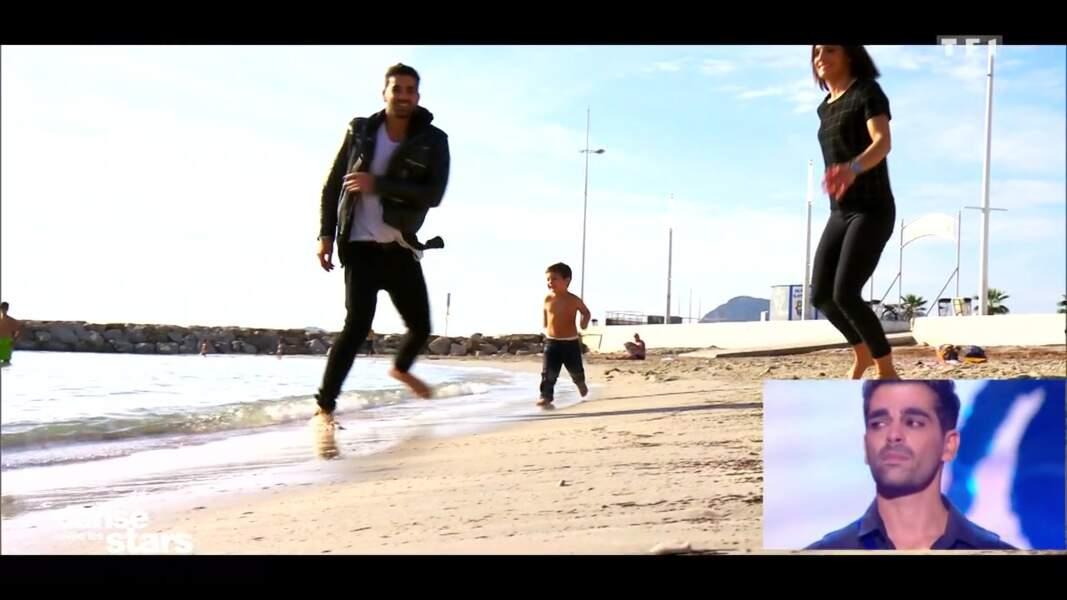 Père et fils courent sur la plage