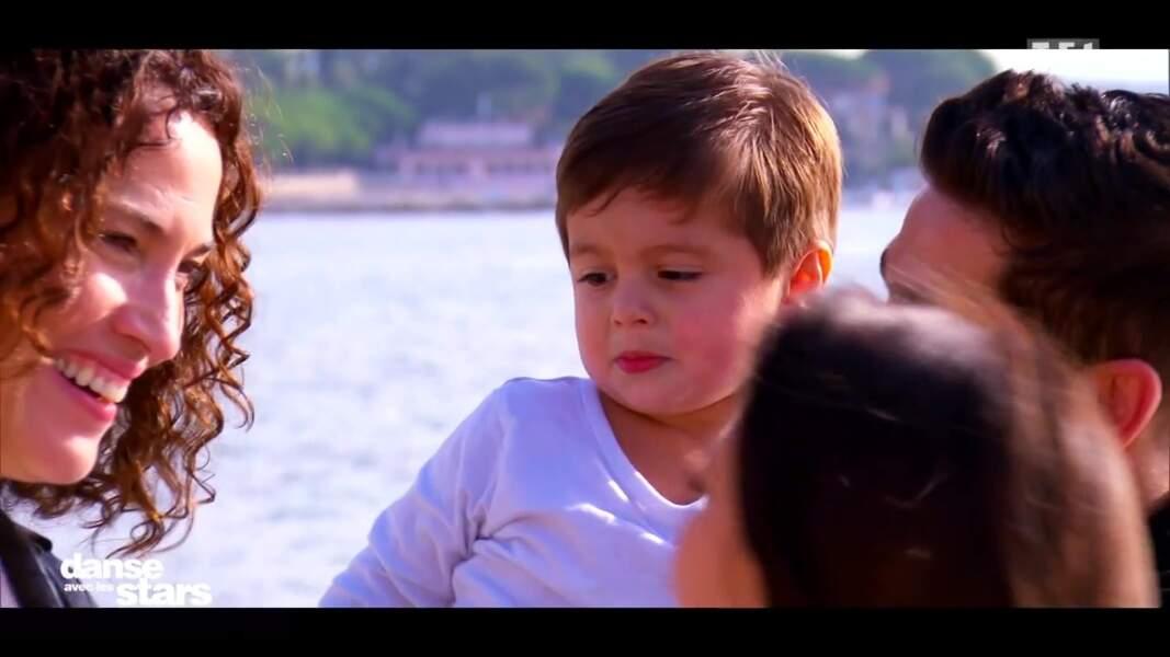 Le petit Livio dans les bras de son papa