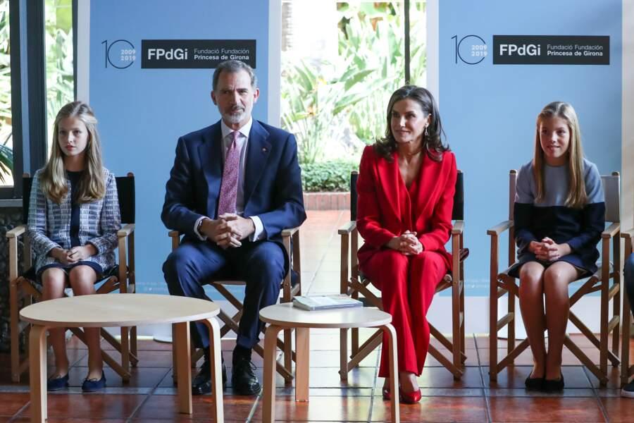 """Le roi Felipe VI, Letizia d'Espagne, la princesse Leonor et l'infante Sofia d'Espagne assistent à la 10ème édition des prix de la """"Fundacion Princesa de Girona"""" à Barcelone, le 4 novembre 2019, tous les quatre très élégants"""