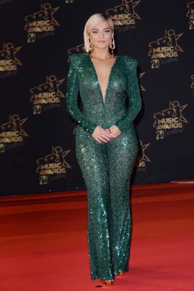 Bebe Rexha, la chanteuse américaine dans une tenue verte pailletée très moulante et décolletée lors de la 20 ème édition des NRJ Music Awards.