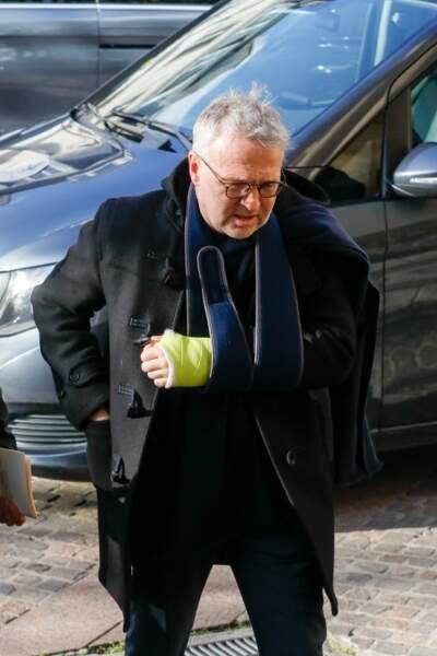 Laurent Ruquier, le bras en écharpe, aux obsèques de Marie Laforêt à Paris
