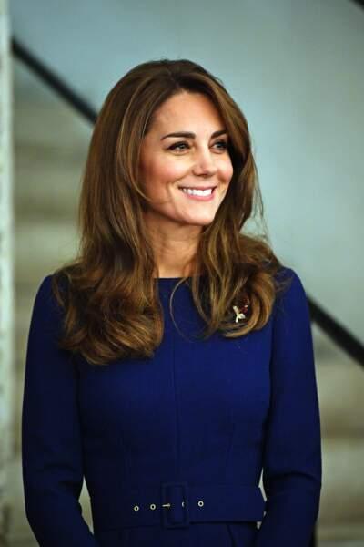 Kate Middleton en robe bleue nuit ceinturée Emilia Wickstead, minaudière Aspinal of London et des escarpins Gianvitto Rossi