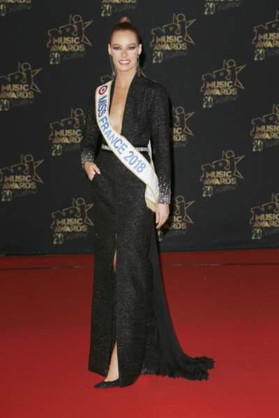 Maeva Coucke, Miss France 2018, sexy en robe du soir décolleté eet fendue pour les NRJ Music Awards 2018.