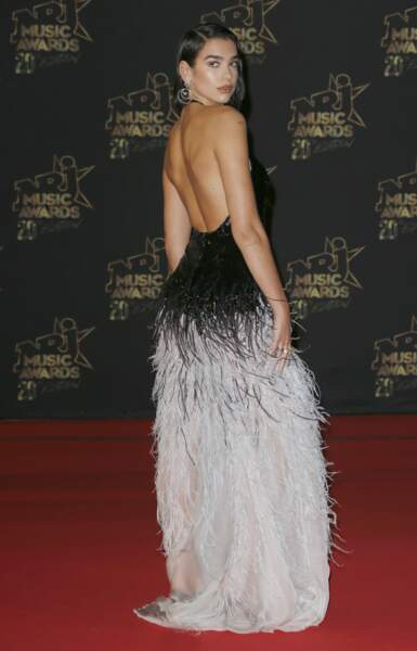 Dua Lipa et son dos nu très sexy au NRJ Music Awards 2018.