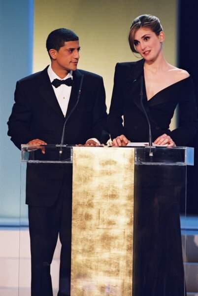 2000 : Julie Gayet est à la Cérémonie des Césars avec un chignon classe et distingué. Elle est aux côtés de Said Taghmaoui.