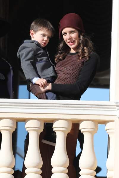 Charlotte Casiraghi et son fils Raphaël Elmaleh au balcon du palais lors de la fête nationale monégasque, à Monaco, le 19 novembre 2017.