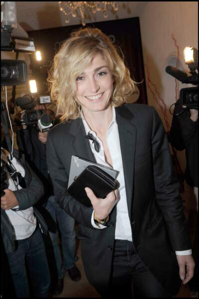 2008 : Julie Gayet a les cheveux blonds et frisés. Elle porte un brushing parfait pour monter les marches du Festival de Cannes.