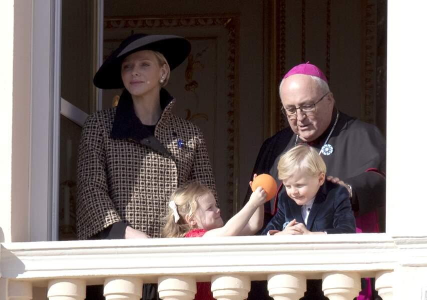 La princesse Gabriella, facétieuse avec son frère au balcon du palais lors de la fête nationale monégasque, à Monaco, le 19 novembre 2018.
