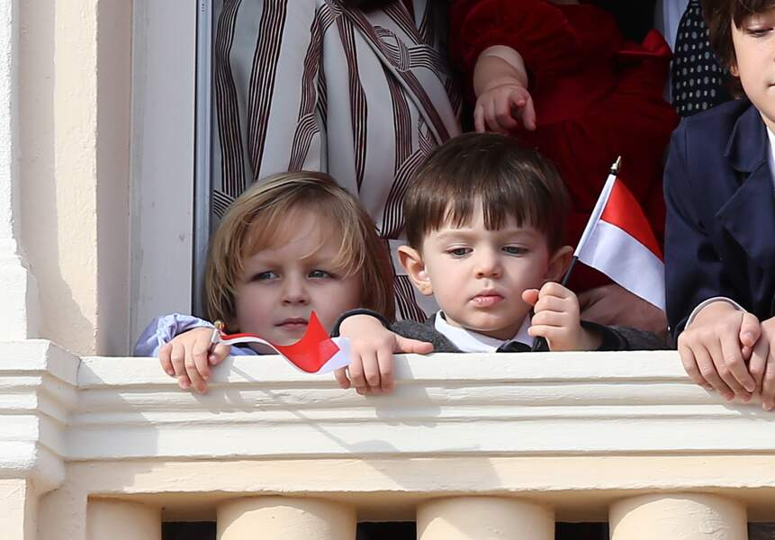 Sacha Casiraghi (fils de Andrea) et son cousin Raphaël Elmaleh (fils de Charlotte), au balcon à l'occasion de la fête nationale monégasque, le 19 novembre 2016.