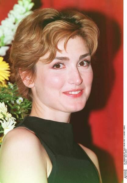 1997 : Julie Gayet est rousse et craque pour une coupe courte lors du Festival du film à Cabourg.
