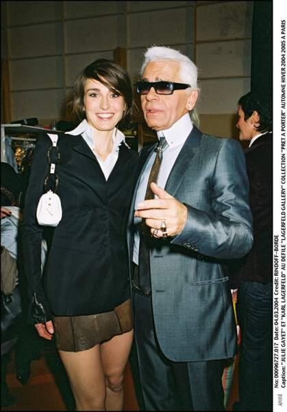 2004 : Julie Gayet a les cheveux un peu plus longs, elle adopte la mèche sur le front. Elle est présente pour le défilé de Karl Lagerfield.