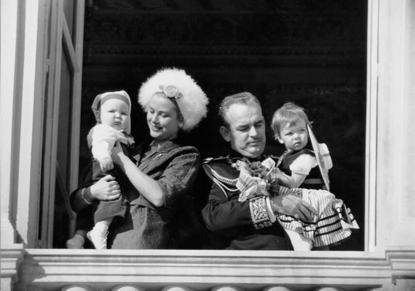 La princesse Grace et son fils le prince Albert, avec son mari le prince Rainier portant dans ses bras la princesse Caroline, lors de la fête nationale monégasque le 19 novembre 1960.