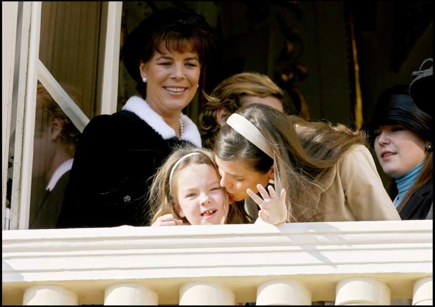 Sous le regarde attendri de Caroline, Charlotte Casiraghi embrasse la petite Alexandra de Hanovre (alors âgée de 7 ans), lors de la fête nationale monégasque, le 19 novembre 2006.