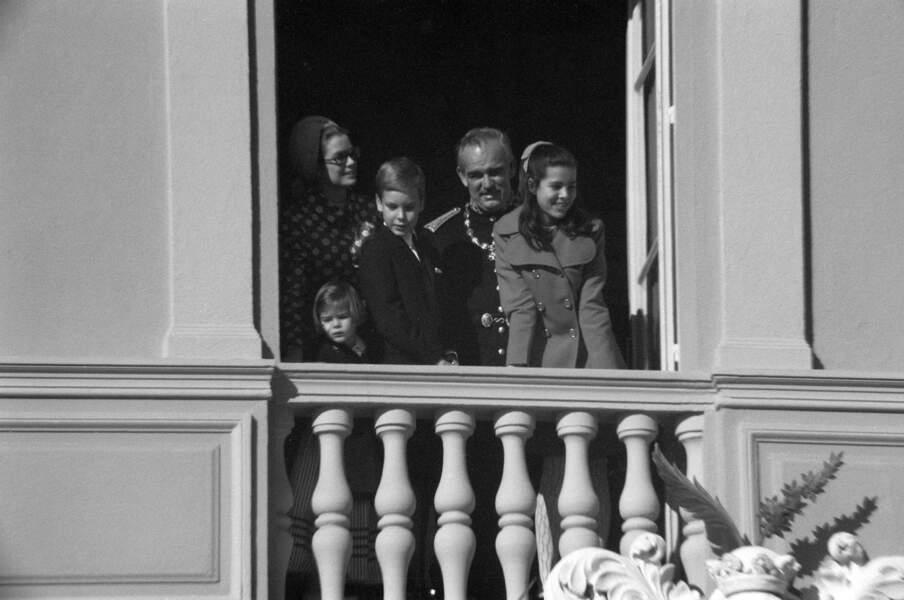 Grace et Rainier de Monaco entourés de leurs enfants Stéphanie, Albert et Caroline, au balcon du palais princier lors de la fête nationale le 19 novembre 1969.