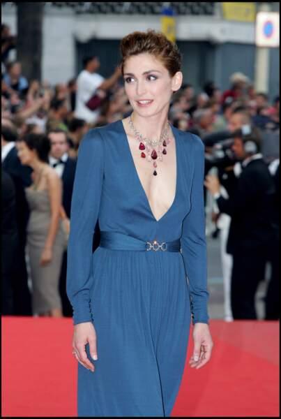 2006 : Julie Gayet arbore quelques semaines plus tard, une coupe relevée dans les tons châtains. Elle grimpe les marche de Cannes dans sa jolie robe bleue au décolleté plongeant.