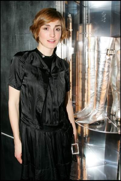 2006 : Julie Gayet porte les cheveux courts et dégradés avec son roux habituel.