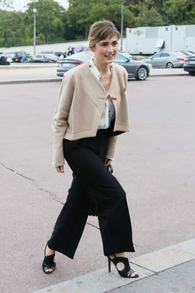 2018 : Julie Gayet porte une petite frange aérée. Ses cheveux sont châtains et accompagnés de quelques mèches. Elle se rend au défilé Hermès.