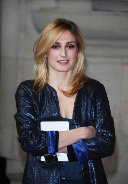 2013 : Julie Gayet adopte une coupe mi-longue, ses cheveux sont blonds clairs avec des mèches et elle porte un brushing parfait.