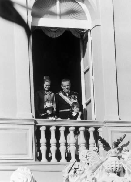 Grace et Rainier de Monaco, avec leurs enfants Albert et Caroline, lors de la fête nationale monégasque, le 19 novembre 1962.