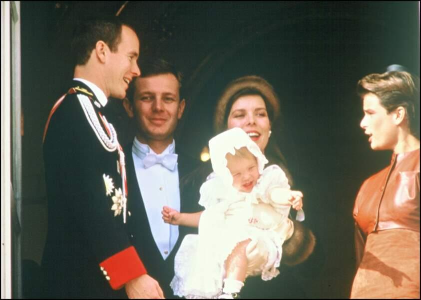 Albert de Monaco, Stefano Casiraghi, Caroline tenant sa fille Charlotte dans ses bras, et Stéphanie, lors de la fête nationale monégasque le 19 novembre 1987.