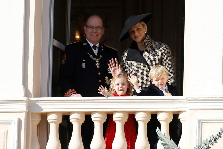 Le prince Albert II et son épouse Charlene, avec leurs jumeaux Gabriella et Jacques, saluent la foule depuis le balcon du palais princier lors de la fête nationale monégasque, le 19 novembre 2018.