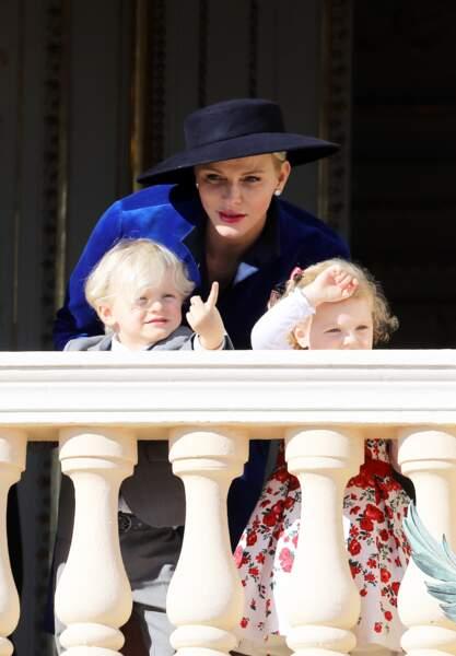 Charlene de Monaco, accompagnée de ses enfants Jacques et Gabriella, au balcon du palais princier lors de la fête nationale à Monaco, le 19 novembre 2017.