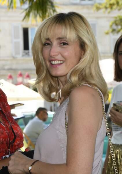2019 : Julie Gayet porte une frange et ses cheveux se sont éclaircis. Cette photo fut prise lors de la 12ème édition du festival du Film Francophone d'Angoulême.