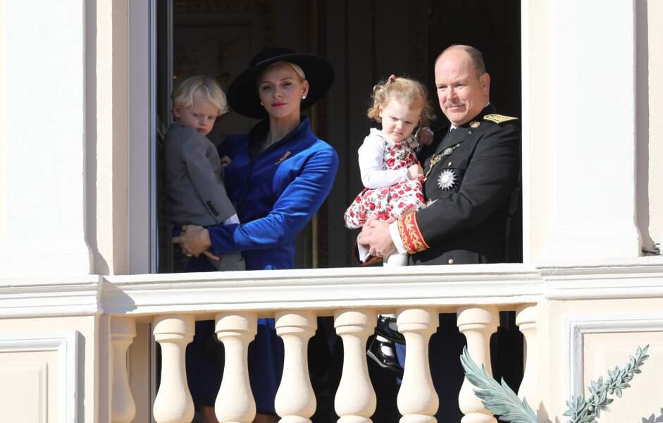 Le prince Jacques, dans les bras de sa mère Charlène et la princesse Gabriella, dans les bras de son père le prince Albert II de Monaco, lors de la fête nationale monégasque, le 19 novembre 2017.