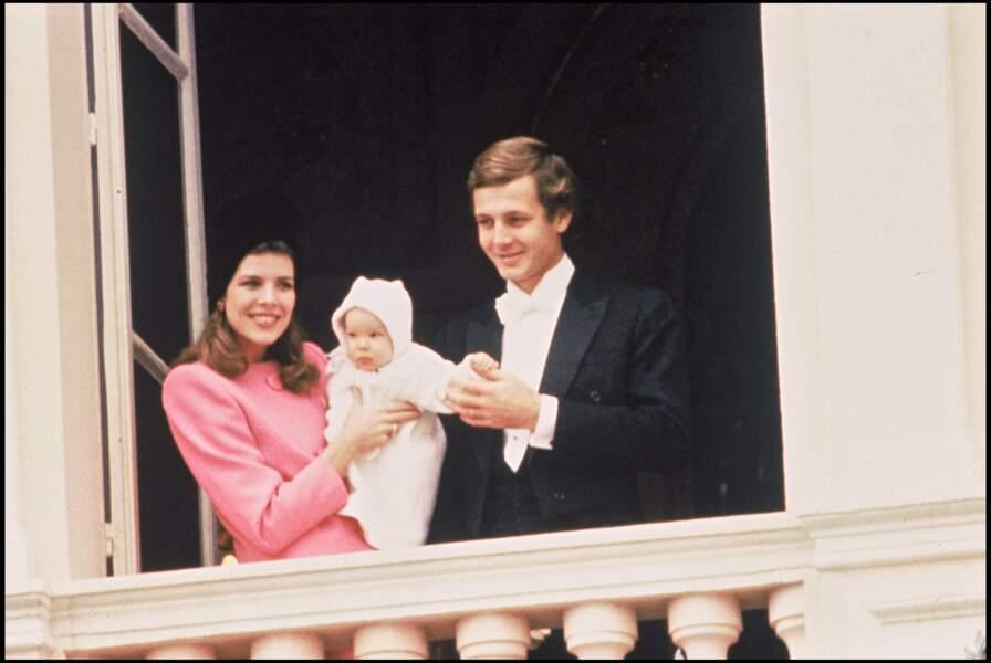 Caroline de Monaco, son mari Stefano Casiraghi et leur fils Andrea, au balcon du palais princier à l'occasion de la fête nationale à Monaco, le 19 novembre 1984.