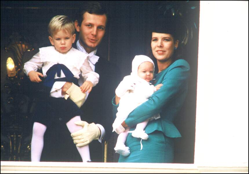 Caroline de Monaco, son mari Stefano Casiraghi et leurs enfants Andrea et Charlotte (alors âgée de 3 mois), lors de la fête nationale à Monaco, le 19 novembre 1986.