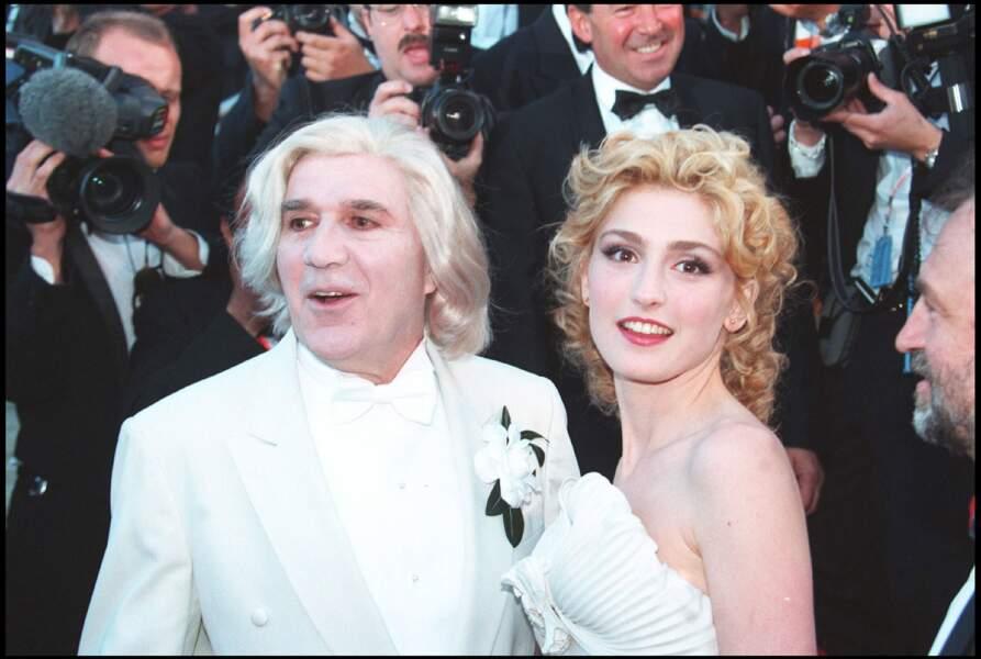 1994 : Julie Gayet épouse le total look blanc, même si ses cheveux gardent une petite teinte rousse. Elle porte les cheveux longs et frisés, attachés en arrière.