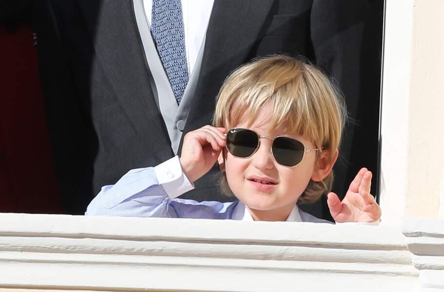 Sacha Casiraghi (fils d'Andrea et petit-fils de Caroline), adorable avec ses lunettes de soleil aviateur, au balcon du palais princier lors de la fête nationale le 19 novembre 2017.