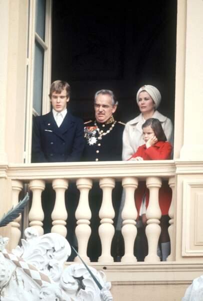 Le prince Albert, le prince Rainier, la princesse Grace et la princesse Stéphanie de Monaco lors de la fête nationale monégasque, le 19 novembre 1973.
