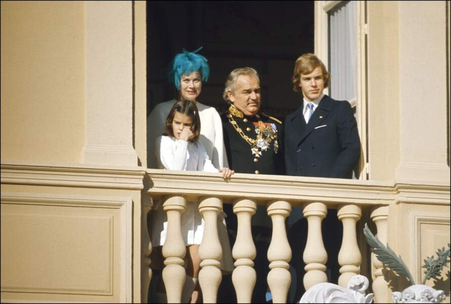 La princesse Grace et le prince Rainier de Monaco, avec leurs enfants Stéphanie et Albert, au balcon du palais lors de la fête nationale, le 19 novembre 1974.