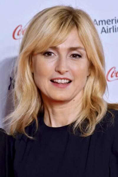 2019 : Julie Gayet porte une mèche sur le front et ses cheveux restent blonds/dorés. L'actrice est présente pour la cérémonie d'ouverture du 32ème Festival International du Film de Tokyo.