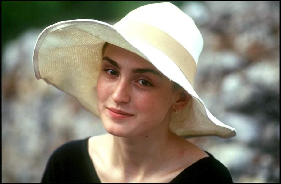 Julie Gayet a 22 ans, elle pose naturelle avec un chapeau en 1994 au tout début de sa carrière.