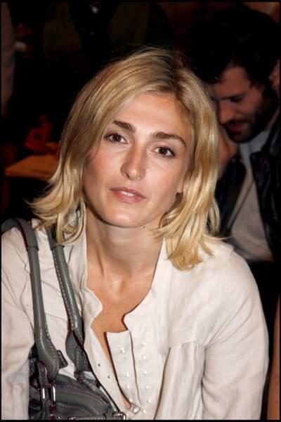 Fin 2006 : Julie Gayet change de look et opte pour un blond naturel associé à une coupe mi-longue. Elle est ici pour le défilé de la marque Chloé.