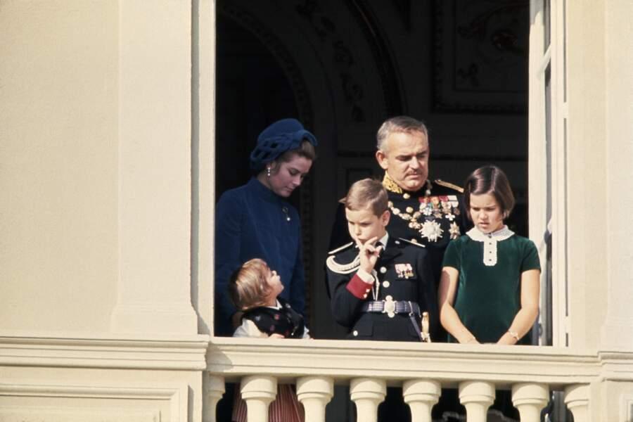 Le prince Rainier et la princesse Grace de Monaco avec leurs enfants Stéphanie, Albert et Caroline lors de la fête nationale le 19 novembre 1970.