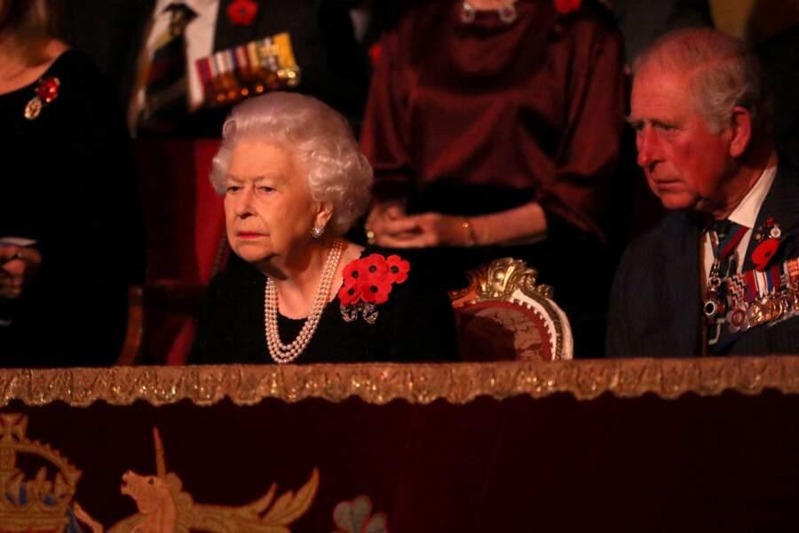 Assis sur le balcon de la mythique salle londonienne au côté de la monarque, on trouvait Camilla Parker Bowles et le prince Charles d'un côté, et le prince William et Kate Middleton de l'autre