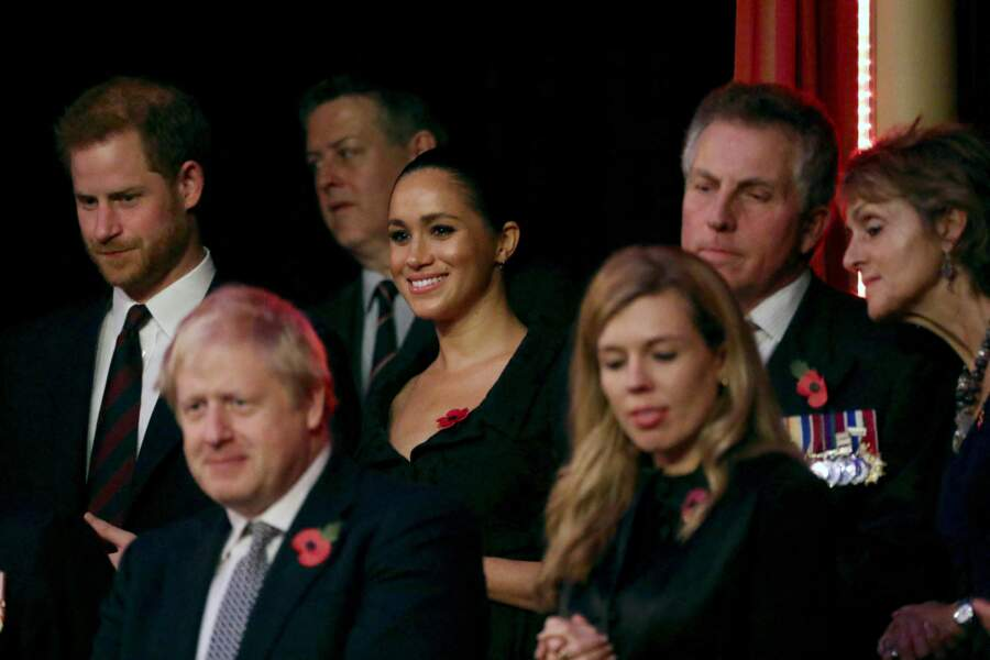 Les Sussex se tenaient à la gauche de la reine, derrière le Premier ministre britannique Boris Johnson.
