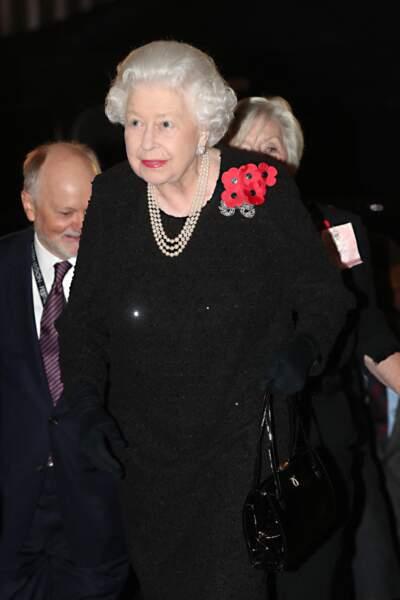 Comme chaque année, la Reine portait une broche en forme de coquelicot sur le col en hommage aux soldats des deux guerres mondiales