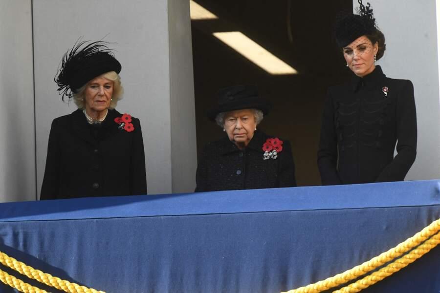 Avec Camilla Parker Bowles et la reine Elizabeth II, Kate Middleton portait le coquelicot traditionnel